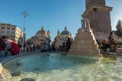 11/09/2018 - Rome Italien: söndag eftermiddagturister som ut haning b royaltyfria bilder