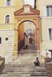 Rome Italien - September 02, 2017: Besökare tar ett avbrott och kopplar av på trappan på den Rome gatan arkivbild