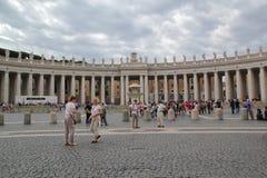 Rome Italien - September 02, 2017: Härliga doriska kolonnader på Sts Peter fyrkant på den blåa himlen och molnet royaltyfria foton