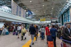 ROME ITALIEN - September 15, 2016: Passagerare och schemaavvikelseflyg i den Fiumicino flygplatsen Arkivbild