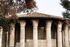 Rome Italien - September 12, 2017: Rund tempel av Hercules Victor eller tempel av Vesta Tempio di Vesta fotografering för bildbyråer
