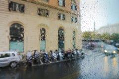 ROME ITALIEN - September 15: Sikt på folket med paraplyer och bilar på gatan av Rome på det regnigt och dagen till och med vått e Royaltyfri Foto