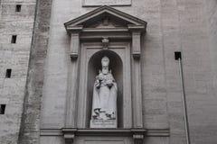 Rome Italien - September 13, 2017: Skulptur av helgonet Gregory Armenian illuminationsenheten, basilika för StPeter ` s i Vatican royaltyfria bilder