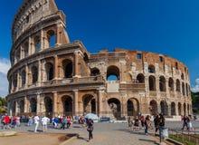 Rome Italien - September 12, 2016: Turister tar bilder nära av den berömda sighten och monumentet Colosseum Royaltyfri Foto