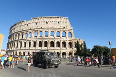 Rome Italien sommar 2016 Den militära bilen patrullerar utvändiga Colosseum arkivfoto