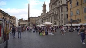 Rome Italien - 23 06 2018: Springbrunn av Neptun i piazzafyrkanten Navona, Rome steadicamskott stock video