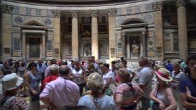 Rome Italien - 22 06 2018: Tränger ihop av folk inom panteon den mest inflytelserika byggnaden av forntida Rome arkivfilmer