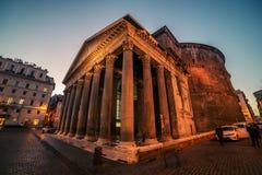 Rome Italien: Trevi-springbrunn, italienare: Fontana di Trevi, på natten Royaltyfri Foto