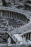 Rome Italien, 1970 - turist- bussar och bilar posteras framme av kolonnaden av piazza San Pietro royaltyfria bilder