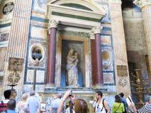 19 06 2017 Rome, Italien: turister beundrar inre och kupolen av th Arkivfoton