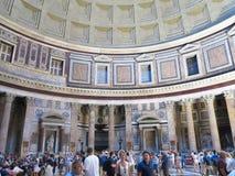19 06 2017 Rome, Italien: turister beundrar inre och kupolen av th Fotografering för Bildbyråer