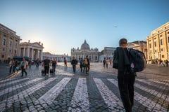 11/09/2018 - Rome Italien: Turister som går i piazza San Pietro royaltyfria foton