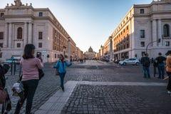 11/09/2018 - Rome Italien: Turister som tar bilden av vännen i f royaltyfria bilder