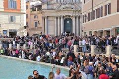 Rome Italien - Turists på Trevi-springbrunnen arkivbilder