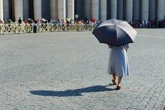 """ROME ITALIEN, VATICAN CITY †""""JULI 4th 2015 Kvinna med paraplyet Royaltyfri Foto"""