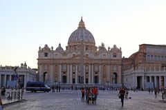 People in Saint Peters square in front of Saint Peters Basilica Royalty Free Stock Photos