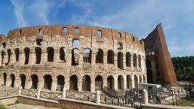 rome italy Maj 21, 2019 Coliseum av Rome - forntida amfiteater i mitten av staden av Rome mot en blå himmel stock video