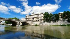 rome italy Maj 21, 2019 segling för turist- fartyg på den Tiber floden på bakgrunden av högsta domstolen av Italien lager videofilmer