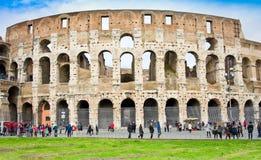 ROME ITALY-MARCH 22, 2015: Turister nära Colosseumen Denna är en Unesco-världsarv italy rome Arkivbilder