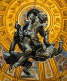 ROME ITALY-OCTOBER 12, 2017: Änglar som hänger från kupolen i C royaltyfri fotografi