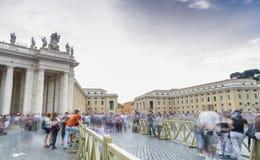ROME - JULI 2014: Toeristen in het Vierkant van Vatikaan voor de massa van Stock Fotografie