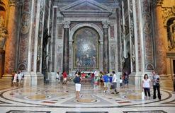 ROME-JULY 19 :圣伯多禄大殿内部2013年8月19日的在梵蒂冈。罗马。 免版税库存照片