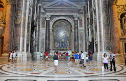 ROME-JULY 19: Inre av Sts Peter basilika på Augusti 19, 2013 i Vatican City. Rome. Royaltyfria Foton