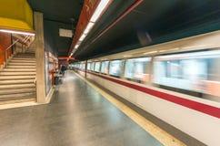 ROME - JUNI 14, 2014: Pendlare går i tunnelbanastation Rome Metr Arkivbild