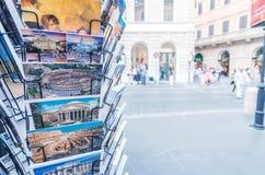 ROME - JUNI 14, 2014: Turist- vykort i en shoppa Stadsattren Royaltyfri Bild