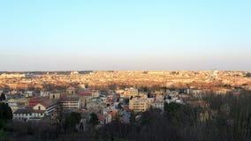 In Rome komt de nacht Mooie oude vensters in Rome (Italië) 4K stock video