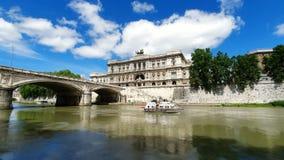 rome l'Italie 21 mai 2019 navigation de bateau de touristes sur la rivière du Tibre sur le fond de la court suprême de l'Italie banque de vidéos