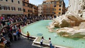 rome l'Italie 21 mai 2019 un grand nombre de touristes près de la fontaine de TREVI de fontaine, de la fontaine baroque célèbre e clips vidéos