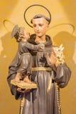 Rome - la statue découpée de St Anthony de Padoue dans le del de Chiesa di Nostra Signora d'église Sacro Cuore par l'artiste inco Images libres de droits