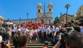 Rome, le 9 mai 2014 - UE instantanée d'amour de la foule I Ministre Stefania Giannini sur les étapes de Piazza di Spagna Images stock