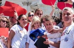Rome, le 9 mai 2014 - UE instantanée d'amour de la foule I Ministre Stefania Giannini sur les étapes de Piazza di Spagna Photo stock