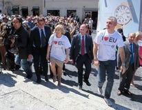 Rome, le 9 mai 2014 - UE instantanée d'amour de la foule I Ministre Stefania Giannini sur les étapes de Piazza di Spagna Image stock