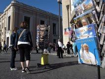 Rome, les cartes postales du pape à vendre images libres de droits