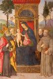 Rome - Madonna met het kind en de heiligen door Aiuto del Pinturicchio in Basso-de kapel van dellarovere in kerk Stock Foto