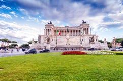 ROME - MAJ 20, 2014: Turister och lokaler i den Venedig fyrkanten bucharest c e kontor Royaltyfria Bilder