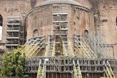 rome Material till byggnadsst?llning som st?ttar forntida romerska v?ggar Konstruktionsnolla arkivfoton