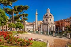 Rome med den Santa Maria di Loreto kyrkan mot den Trajan kolonnen i Italien Arkivfoton