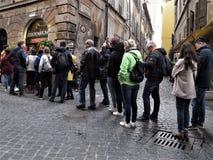 Rome, mensen op een rij royalty-vrije stock foto's