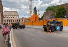 rome Militär patrull framme av coliseumen arkivbild