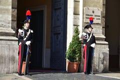 ROME Oktober 29, 2015 två Carabinieri ståtar in följeställningen framme av den Carabinieri stationen i Piaz Arkivbild