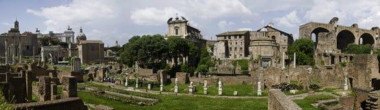 Rome - panoramautsikt av det roman forumet Arkivbild