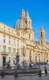 Rome - Piazza Navona en barokke Santa Agnese in Agone-kerk in ochtendlicht en Fontana del Moro royalty-vrije stock fotografie
