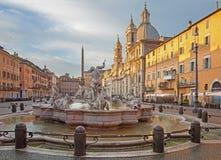 Rome - piazza Navona i morgonen och springbrunnen av Neptun (1574) som skapas av Giacomo della Porta och Santa Agnese i Agone Arkivbild