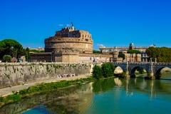 Rome, pont des anges, au-dessus du Tibre débordant image stock