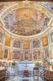 Rome - presbyteren och freskomålningen av härligheten av himmel 1630 i den huvudsakliga absid av kyrkliga basilikadi Santi Quattr Royaltyfria Foton