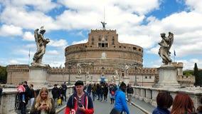 rome r Группа в составе 21-ое мая 2019 туристы на мосте перед замком Castel Sant Angelo или мавзолей внутри сток-видео
